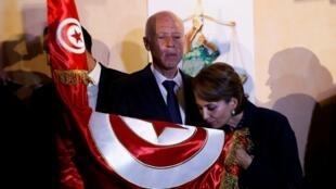 قيس سعيّد وزوجته إشراف شبيل عقب إعلان نتائج الانتخابات الرئاسية التونسية. 13 أكتوبر/تشرين الأول 2019.