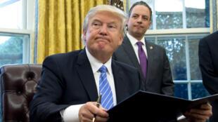 Le président américain Donald Trump dans le Bureau ovale, le 20 janvier 2017.