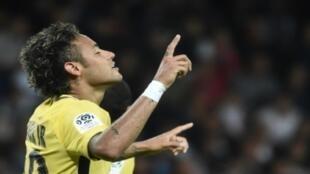 البرازيلي نيمار بعد تسجيل هدفه الأول مع فريقه الجديد باريس سان جرمان الفرنسي في مرمى غانغان في الدوري الفرنسي لكرة القدم في 13 آب/أغسطس 2017