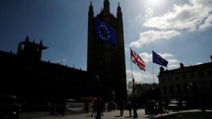 Las banderas de Reino Unido y la Unión Europea ondean frente al Parlamento británico en Londres, el 26 de marzo de 2019.