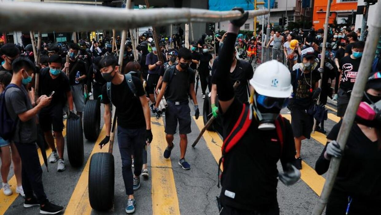 هونغ كونغ: عشرات الآلاف يتظاهرون بالأقنعة في تحد للسلطات