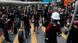 متظاهرون في شوارع هونغ كونغ يتحدون قرار السلطات حظر ارتداء الأقنعة
