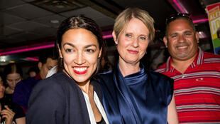La aspirante progresista Alexandria Ocasio-Cortez junto a la candidata a gobernadora de Nueva York Cynthia Nixon en su fiesta de celebración en el Bronx. 26 de junio de 2018, Nueva York.