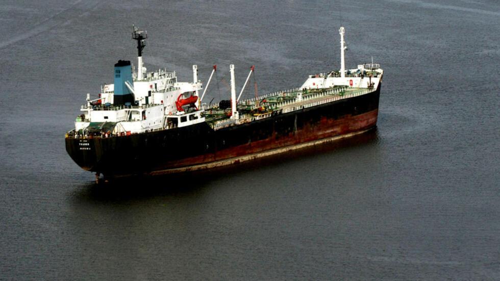 """Piratas secuestran un barco petrolero """"totalmente cargado"""" y a sus 19 tripulantes en la costa de Nigeria"""