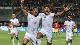 فرحة بونجاح وبلايلي بعد الهدف الأول لمنتخب الجزائري.