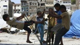 أطفال يمنيون يلهون في صنعاء