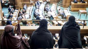 Des femmes portant un voile intégral au Parlement danois, à Copenhague, le 31 mai 2018.