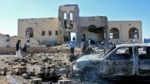 أضرار في موقع استهدفته غارة للتحالف الذي تقوده السعودية ضد الحوثيين في اليمن.