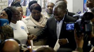 El presidente interino de Sudáfrica, Cyril Ramaphosa, vota el 8 de mayo en Soweto, en Johanesburgo, para las elecciones generales.