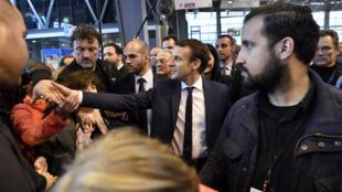 Le président français Emmanuel Macron accompagné par Alexandre Benalla le 1er mars 2018 au Salon de l'agriculture à Paris?.
