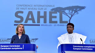 La jefa de política exterior de la UE, Federica Mogherini, y el presidente de Níger, Mahamadou Issoufou, celebran una conferencia de prensa conjunta después de una conferencia internacional de alto nivel sobre el Sahel en Bruselas, Bélgica, el 23 de febrero de 2018.
