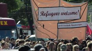 """لافتة رفعت خلال المظاهرة في دريسدن كتب عليها """"مرحبا باللاجئين"""""""