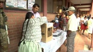 Una mujer se dispone a ejercer su derecho a voto en uno de los colegios electores habilitados para votar. 20 de octubre de 2019.