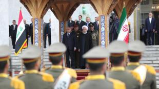 El presidente de Irán, Hasan Rohani (d), junto al primer ministro de Irak, Abdel Abdul Mahdi, durante su encuentro en Teherán el 6 de abril de 2019.