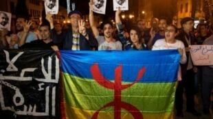 محتجون في الرباط يوم 4 حزيران/يونيو 2017 يرفعون صور ناصر الزفزافي الموقوف والذي يعتبر قائد الحراك  في منطقة الريف المغربية