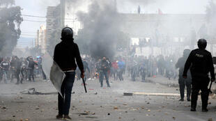 Des manifestants face à la police, à Kasserine, le 21 janvier 2016.