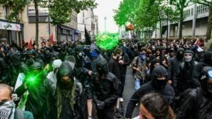 """محتجو حركة """"بلاك بلوك"""" وسط باريس. 22 مايو/أيار 2018."""