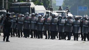 الشرطة في مواجهة المتظاهرين في رانغون في 22 شباط/فبراير 2021.