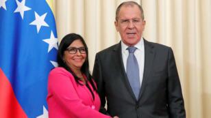 La vicepresidenta de Venezuela, Delcy Rodríguez, y el ministro de Relaciones Exteriores de Rusia, Sergei Lavrov, se dan la mano después de una conferencia de prensa conjunta en Moscú, Rusia, el 1 de marzo de 2019.
