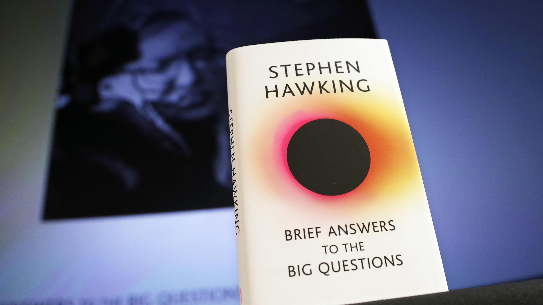 Portada del libro póstumo de Stephen Hawking, 'Breves respuestas a las preguntas más grandes', el 15 de octubre de 2018.