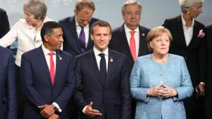 """Emmanuel Macron lors de la traditionnelle """"photo de famille"""" du G7 à La Malbaie, au Québec, le 9 juin 2018."""