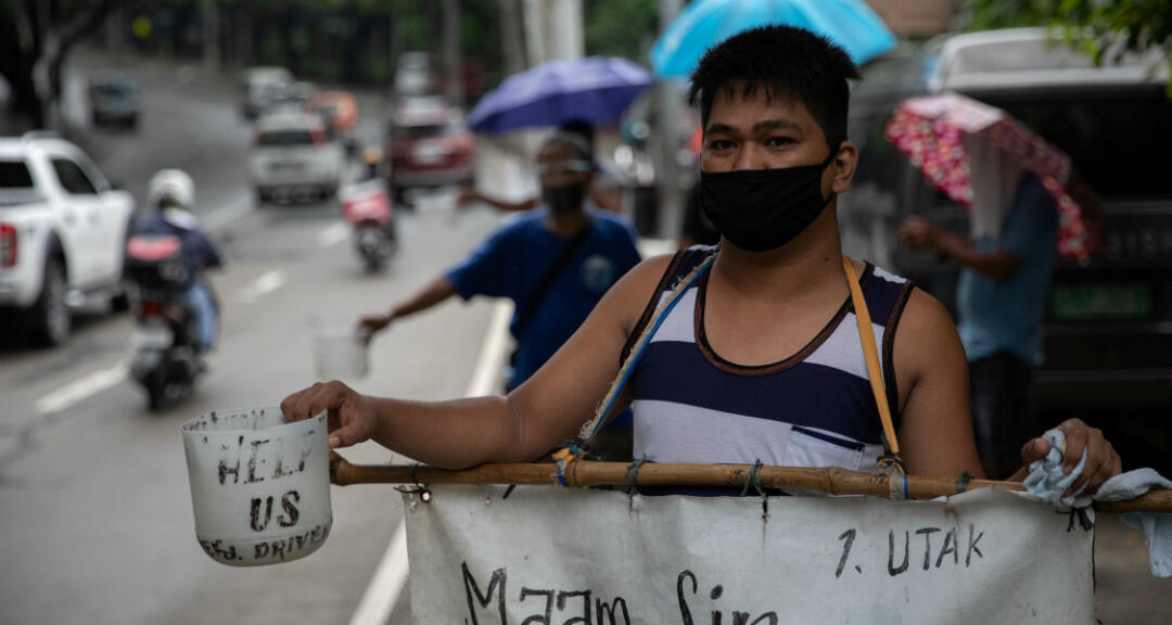 Los conductores de transporte público que perdieron sus medios de vida en medio del brote de coronavirus piden ayuda en una carretera en Quezon, Metro Manila, Filipinas, el 30 de julio de 2020.