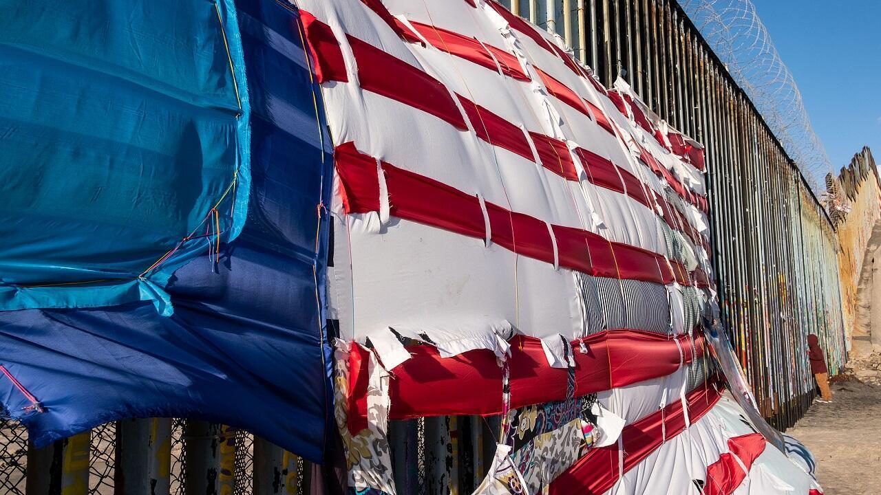 Un mosaico que representa una bandera de Estados Unidos fue colgado en la frontera entre Estados Unidos y México en Playas de Tijuana, estado de Bajo California, México, el ocho de marzo de 2019.