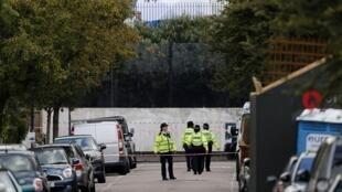 عناصر من الشرطة البريطانية في منطقة وقوع الانفجار الجمعة 15 أيلول/سبتمبر 2017
