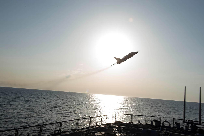 طائرة حربية روسية من طراز Sukhoi Su-24 نقوم بمناورات تحت إشراف المدمرة الأمريكية (DDG 75)، بحر البلطيق، 12 أبريل/نيسان2016.
