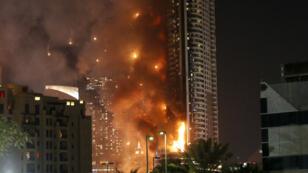 Vue de l'hôtel Address Downtown, à Dubaï, aux prises avec les flammes.