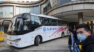 Los expertos de la Organización Mundial de la Salud dejan el Hotel Jade de Wuhan, China, después de haber realizado su cuarentena, el 28 de enero de 2021