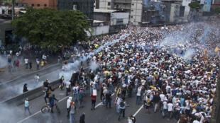 """Des heurts ont éclaté mercredi 19 avril à Caracas lors de la """"mère de toutes les manifestations""""."""