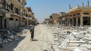 Un Syrien inspectant les dégâts dans la ville de Khan Cheikhoun, au sud de la province d'Idleb, le 3août2019.