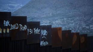 Graffiti en una sección de la valla fronteriza, donde se ve Anapra en el lado mexicano de la frontera en Ciudad Juárez, México 4 de abril de 2018.