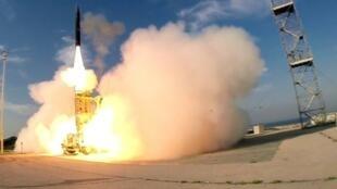 صورة وزعتها وزارة الدفاع الإسرائيلية في 2015 لانطلاق صاروخ حيتس 3 الاعتراضي من مكان لم يتم الكشف عنه جنوب تل أبيب