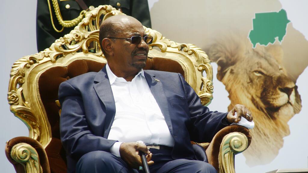 Foto de archivo del presidente destituido Omar al-Bashir participa en una ceremonia en su honor a su regreso de Ethiopa en la capital de Sudán, Jartum, el 30 de julio de 2016.