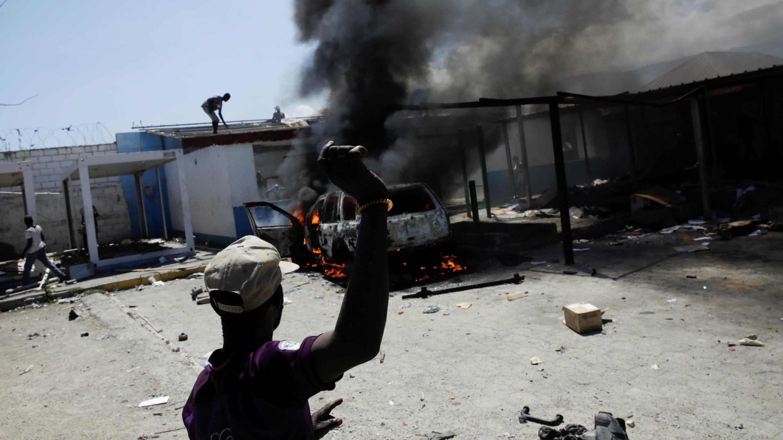 Los manifestantes saquean una estación de policía durante una manifestación exigiendo la renuncia en Haití del presidente Jovenel Moïse, en Puerto Príncipe, Haití, el 27 de septiembre de 2019.