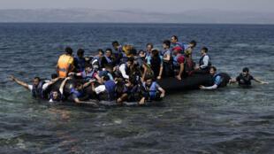 Des réfugiés syriens en provenance de Turquie débarquent sur l'île grecque de Lesbos, le 11 septembre 2015.