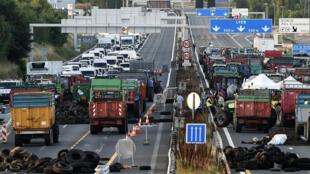 Des éleveurs bloquent l'autoroute A6 à l'entrée de Lyon, le 23 juillet 2015.