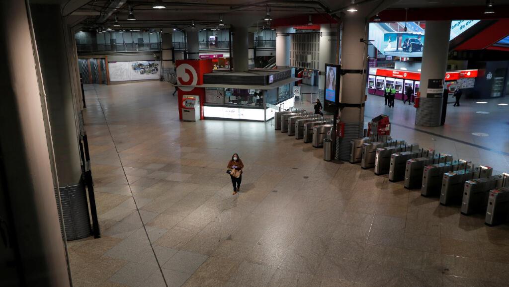 Una pasajera está en la estación de tren de Atocha, la más grande de Madrid, durante el primer día de cuarentena a causa del Covid-19 en la capital de España, el 15 de marzo de 2020.