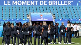 Les Bleues inspectent la pelouse du stade Océane du Havre, le 22juin2019.
