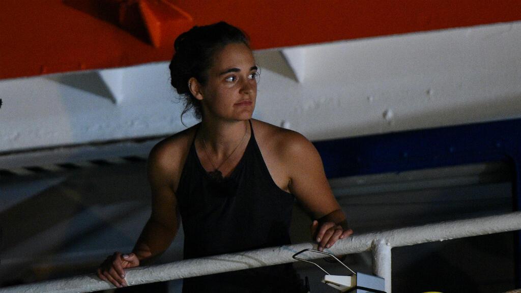 La capitana Carola Rackete a bordo del SeaWatch 3 al atracar en puerto italiano sin permiso de las autoridades el pasado 29 de junio