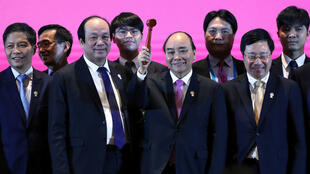 Nguyen Xuan Phuc, primer ministro de Vitnam, sostiene el martillo como símbolo de ser anfitrión de la próxima cumbre. Será en su país donde se firme el Rcep el próximo año