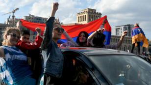Joie des manifestants dans la capitale Erevan après la démission de  l'ancien président Serge Sarkissian, nommé Premier ministre il y a moins d'une semaine.