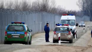 Des policiers hongrois patrouillent à la frontière avec la Serbie, le 24 février 2017.
