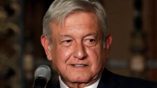 El presidente electo de México, Andrés Manuel López Obrador, declara a los medios luego de una reunión con el presidente Enrique Peña Nieto en el Palacio Nacional en la Ciudad de México, México, el 9 de agosto de 2018.