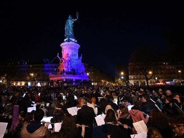 """آلاف الناشطين يقضون الليلة ساهرين في ساحة """"الجمهورية"""" بباريس . صورة ليومية """" لاكروا"""""""