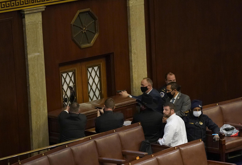 Pour protéger l'hémicycle, les services de sécurité ont mis un meuble en travers de la porte et dégainé leurs armes.