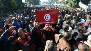 مئات من عناصر الأمن التونسي يتظاهرون أمام قصر الرئاسة في قرطاج للمطالبة بزيادة رواتبهم