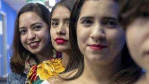 Jóvenes posan con los labios pintados de rojo para una fotografía el 16 de octubre de 2018, durante una protesta denominada 'Pico Rojo', en la que mujeres y algunos hombres se han pintado los labios de rojo y posteado sus fotos, para mostrar su disconformidad con el Gobierno del presidente Daniel Ortega en Nicaragua.